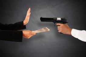 警察に通報されずにターゲットの持ち金を奪う手口