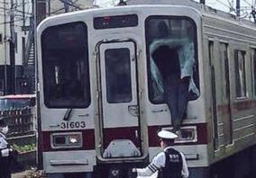 快速電車の運転席に突っ込むも命別状なしの奇跡