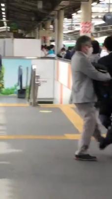 赤羽駅、JKから逃げる途中でこける痴漢動画が話題