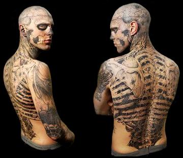 ゾンビボーイと呼ばれる全身タトゥーの男を素肌メイクで元に戻し