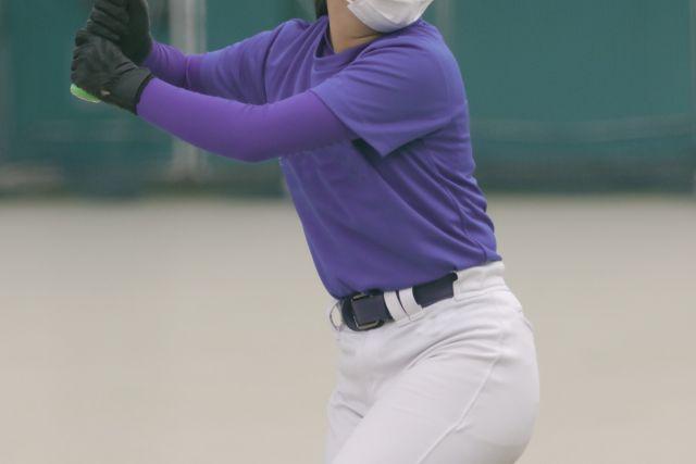 マスクをしてバッティングをする野球選手