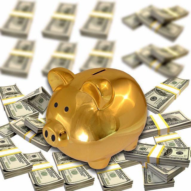 金の豚の貯金箱とお金