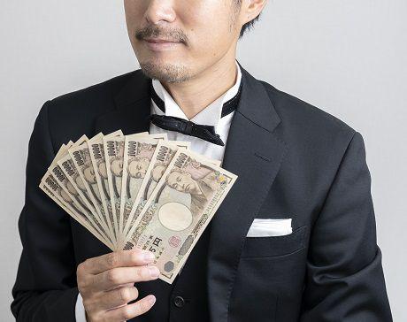 お金を見せつける新郎
