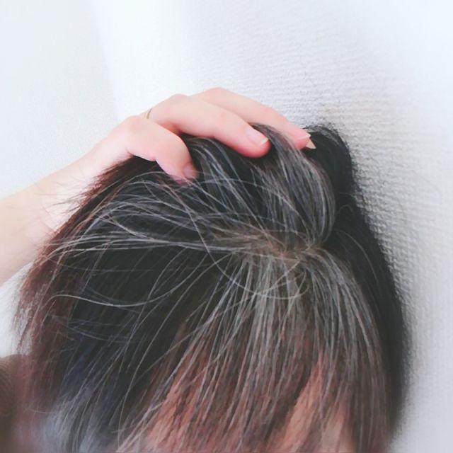 掻き上げた髪にまだらにある白髪