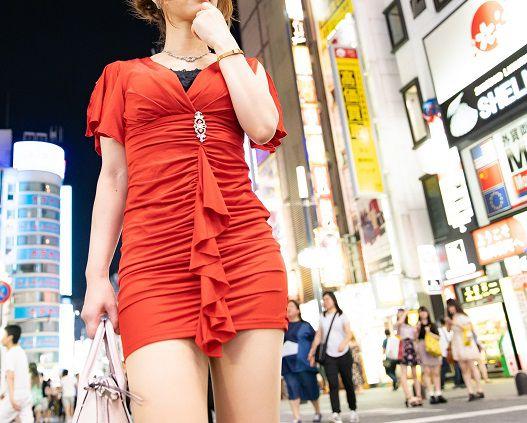 街なかで赤いミニドレスを着る女性