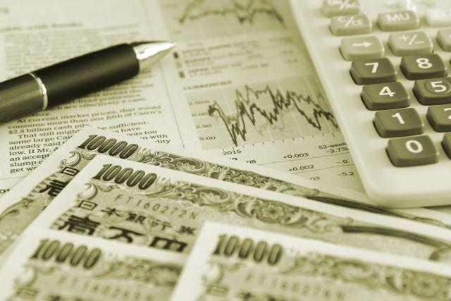 外字新聞とボールペンと電卓とお金